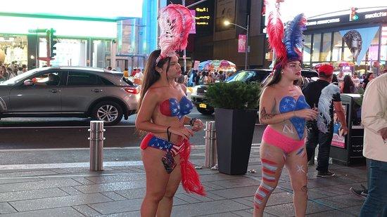 Ragazze succinte, anche questa è Times Square!