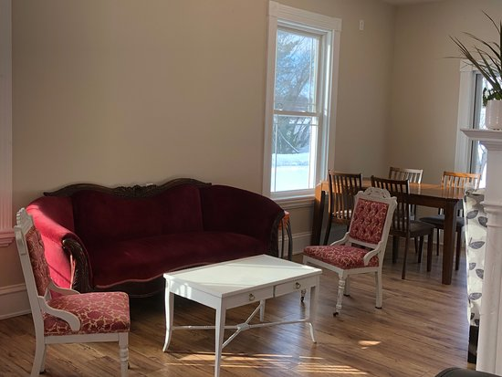 Perth-Andover, Kanada: Comfortable Antique couch, chairs and coffee table to relax at.