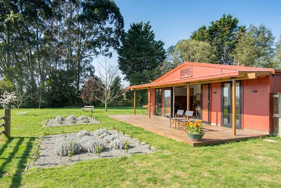 River Road Retreat offers privacy in the countryside of Appleby, close to numerous vineyards, Rabbit Island beach and the villages of Mapua, Brightwater and Upper Moutere. It is just across the road from the Waimea River.