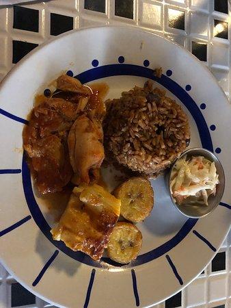 Speisenverkostungen und kultureller Spaziergang durch Nassau: First stop....mini Bahamian meal...chicken, rice, plantains, mac and cheese and cole slaw