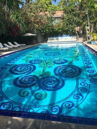 Speisenverkostungen und kultureller Spaziergang durch Nassau: Beautiful pool at an exclusive resort