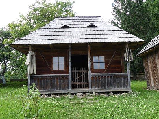 The Regional Museum of Folk Architecture and Life: ベランダのある農家。軒先に農夫の民族衣装がかかっている。