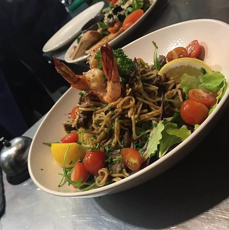 Noodles, concombres, tomates cerises, mesclun de salade, bœuf mariné, gambas, sauce soja, gingembre & citron vert :-)