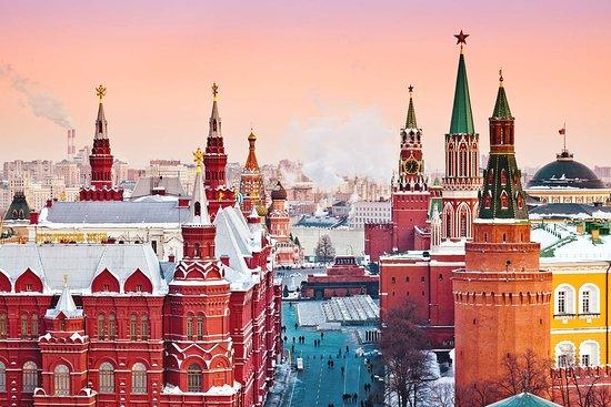 La Plaza Roja y Kitay-górod: Hoy amanecemos lejos, tan lejos como la Plaza Roja de Moscú. Allí el cielo rosado compite cada mañana con la cromática belleza de los edificios históricos que se alzan en ella, como la icónica basílica de San Basilio 😍 https://goo.gl/o3L9HD (Getty Images)