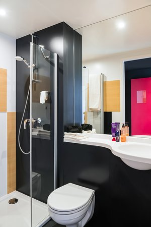 Ibis Budget Knokke: Cleverly designed bathroom with shower.
