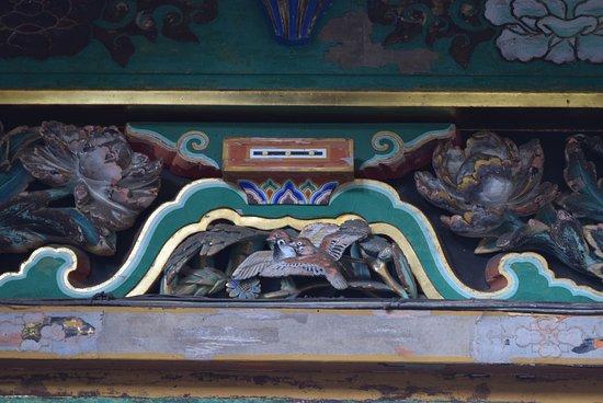 Nikko Tosho-gu: 眠り猫の裏側はスズメ。