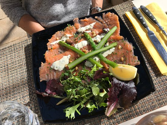 Le Michel Ange: Smoked salmon with fresh asparagus and pine nuts.