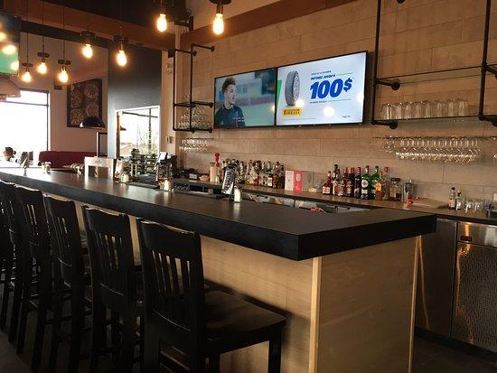 Mikes: Vue sur notre bar | View of our bar.