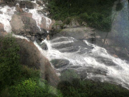 Vackra vattenfall som syns från den ena linbanan