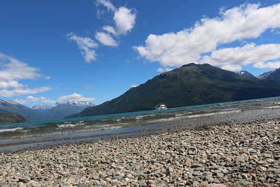 Este es el puerto de lago Puelo, alli podes salir a navegar en lancha, en kayak, podes surfear o bien para acampar en el camping. Un lugar bonito, en caso de ir ahor chequear el tema hantavirus