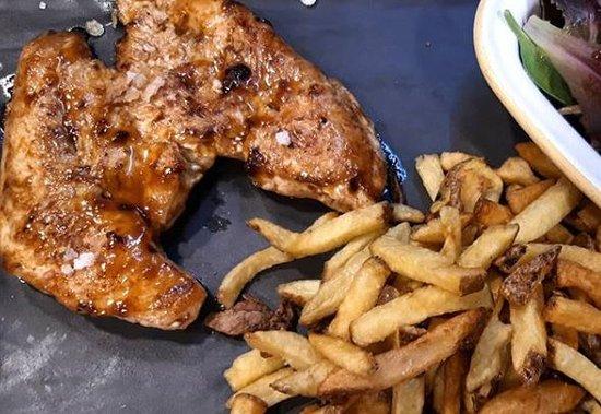 Hamburguesa Nostra: Activando la hora de la comida... ¡Prueba nuestra pechuga de pollo campero marinado con salsa barbacoa, con patatas fritas caseras y ensalada! Así si...😋😍 ⭐⭐⭐⭐⭐⭐⭐⭐⭐⭐⭐⭐⭐⭐
