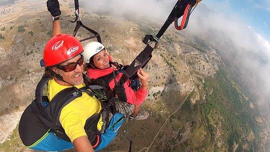 SkyWalk'Air: Vol sur la crête de l'Embarnier au dessus du village de Gourdon.
