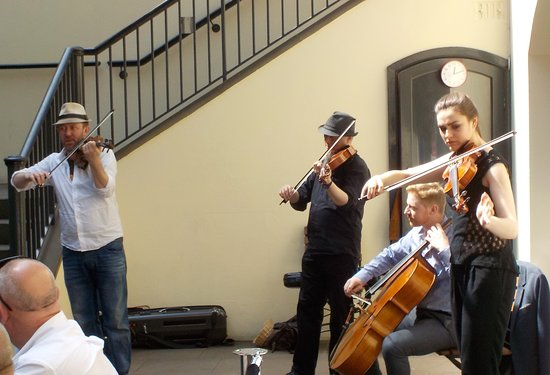Musiciens en terrasse, devant le Nauticania