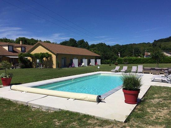 La Rochepot, France: piscine chauffée à 28 degrés du printemps à l'automne