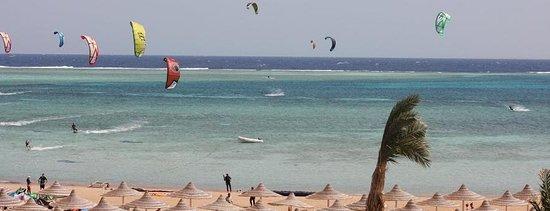 Kite Addicts Sharm: Зависимые от кайта школа кайтсерфинга Шарм с лучшими условиями для кайтсерфинга и кайтсерфинга круглый год в Шарм Эль Шейхе. Район катания на кайтбординге находится в плоской мелкой лагуне по пояс, поэтому трудно попасть в неприятности, что делает это место идеальным для всех уровней, фристайл и особенно безопасным для обучения учащихся. Мы учим кайтинг, потому что мы любим его! Поэтому присоединяйтесь к нам в нашей школе, расположенной прямо на пляже на территории аквапарка Regency Plaza