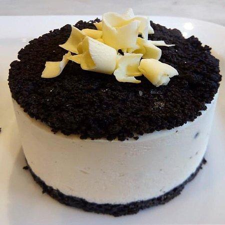 Torta Oreo: Crocante de galletita óreo, mousse de vainilla y centro de dulce de leche.
