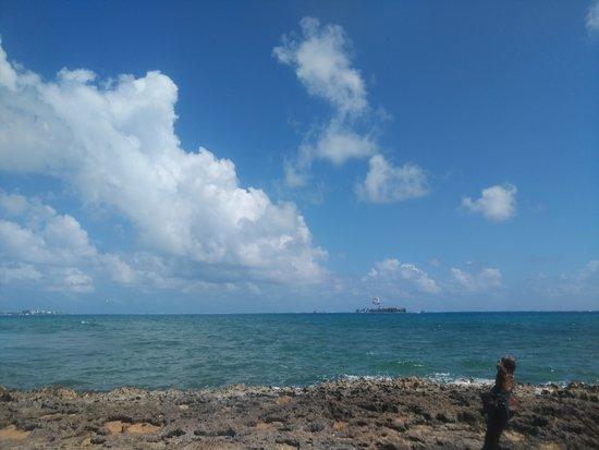 Ilha de Aquário ao fundo