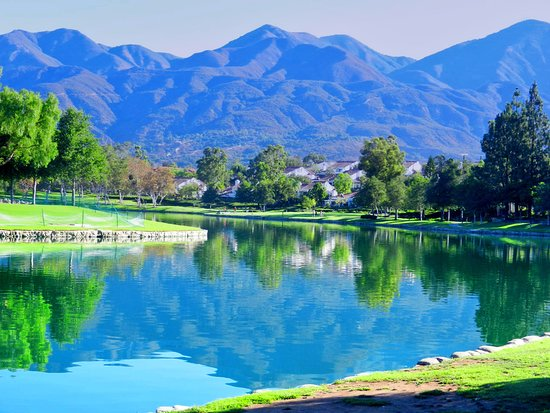 Mission Viejo, Kalifornia: This is the main view as you walk the lake.  I love the mountains and the trees and the birds that inhabit the lake.  You can even see turtles on the walk.