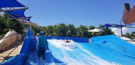 Moon Palace Cancun: Flow Rider at Sunset pool was really fun to WATCH others wipe out.