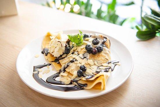 Dla koneserów słodkości mamy naleśniki na słodko :) Naleśnik z dżemem truskawkowym, bitą śmietaną, płatkami migdałowymi, borówkami i polewą czekoladową. Mniam...