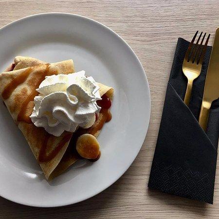 Grzeszny Nalesnik: Naleśnik na słodko z Nutellą, bananem, bitą śmietaną i polewewą toffi. Mniam...