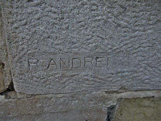 Monument aux Morts de Chelles: Signature du sculpteur des deux bas-reliefs