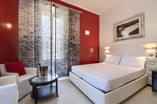 Camera matrimoniale con bagno privato interno e possibilita` di aggiungere terzo letto singolo.