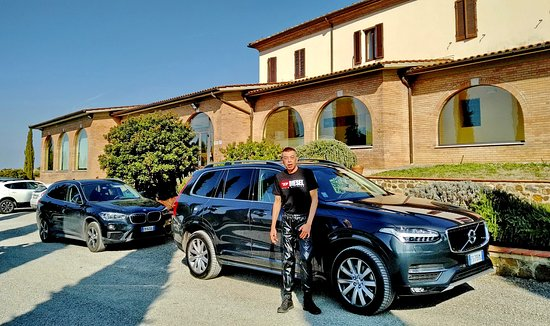 Siena tartomány, Olaszország: For our scenic drive through Siena, Tuscany, we rented a new Volvo XC90 from Hertz Florence Central.  Outstanding service from Luisa Greco & her team there.  This SUV was perfect for us too with all new tech driver aids.
