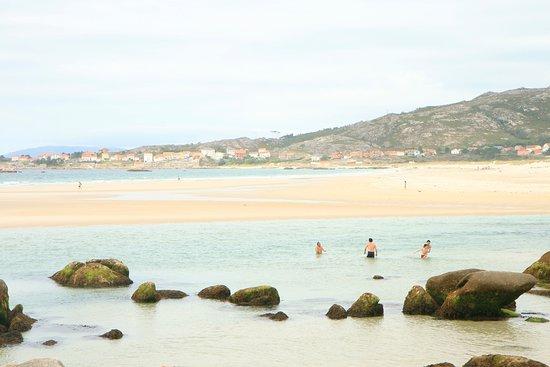 He recorrido muchos mundos pero de verdad, en poco lugares he visto playas tan bonitas como las de #Galicia. Arenales eternos, arena blanca como harina. Y muy importante, muchas de ellas solitarias. Mi paraíso con total seguridad.