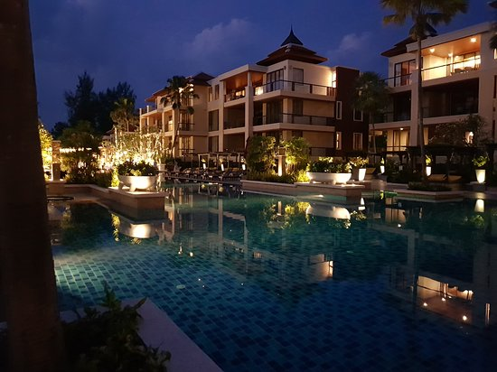 Movenpick Resort Bangtao Beach Phuket: Very big hotel pool with pool bar at one end. It is at the center of the resort just seconds away from any of the vilas