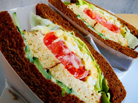 [グリーンカレー風味]ツナのパステルとフレッシュトマトのタルタルジューシーサンドイッチセット ¥1400 [サイドメニュー1品付き]   [Green curry flavor]Tuna pastel and Fresh tomato Tartar juicy sandwich Set 通常メニューの「ツナのパステルとフレッシュトマトのタルタルジューシーサンドイッチ」にグリーンカレーテイストが加わりました。具沢山のたまごサンドとグリーンカレーを一緒に食べてしまう様な贅沢なサンドイッチです。ツナ好き、たまご好き、タイ料理好きの方にオススメします。