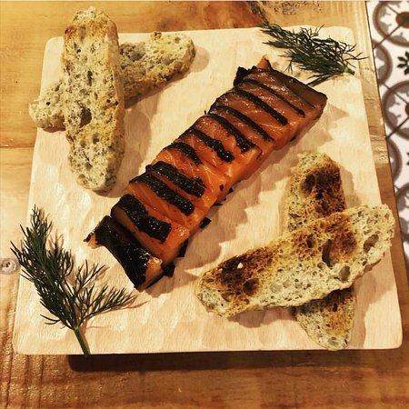 Salmón ahumado con alga Nori y pan de alga