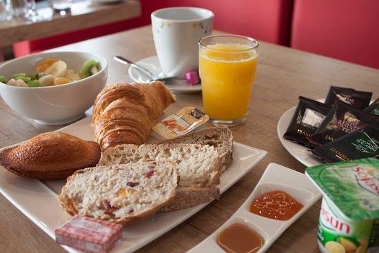Ergue-Gaberic, France: Petit-déjeuner complet à déguster au Brit Hôtel le Kérodet
