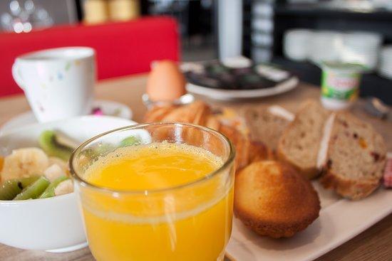 Ergue-Gaberic, France: Un délicieux petit-déjeuner complet au Brit Hôtel Le Kérodet à Ergué Gabéric