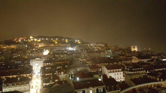 Вид на ночной Лиссабон со смотровый площадки Санта Жушта