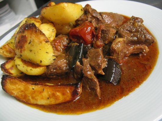 Jehněčí s lilkem a červenou paprikou, pečené brambory