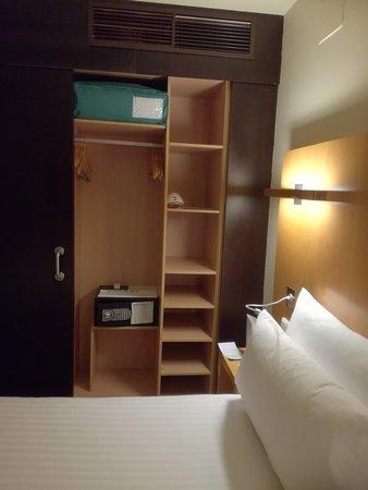 Armario y caja fuerte habitación Hotel Occidental
