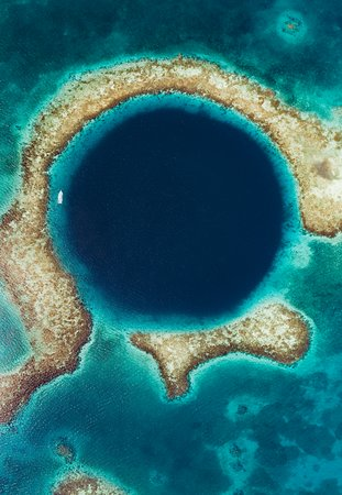 Lighthouse Reef Atoll, بليز: There's few places on earth that look as spectacular above the water as they do underneath, but the Great Blue Hole of Belize is definitely one of them! Getting to dive here has been on my bucket list for quite some time and I feel so lucky that I was able to capture it from above as well as below.