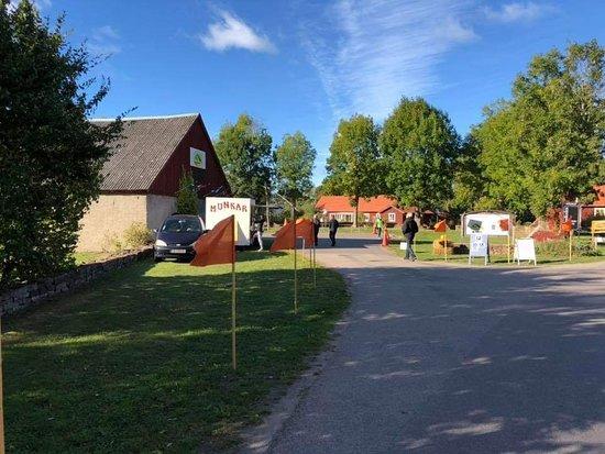Morbylanga, Suecia: Ölands Örtagård välkomnar till Ölands Skördefest med flaggor längs med vägen. Här finns även flera utställare med mat, konst och annat.