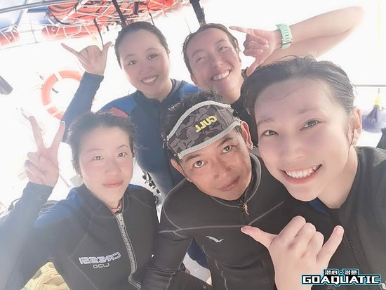 Instructor Ivan (front row, 2nd from left) and Lulu (backrow, 1st from right) taking a selfie together with all his PADI Advanced Open Water Diver Course participants taught by him