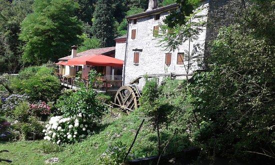 Questo è un Mulino divenuto ristorante situato appena fuori delle grotte del Caglieron.