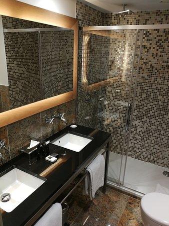 La salle de bain avec sa cabine de douche large