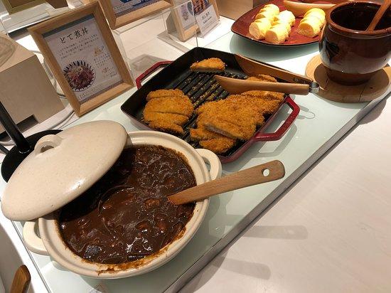 Vessel Hotel Campana Nagoya: 朝食ビュッフェ(どて煮/味噌カツ)