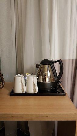 Wasserkocher, 2 Tassen, Teebeutel und Instantkaffee