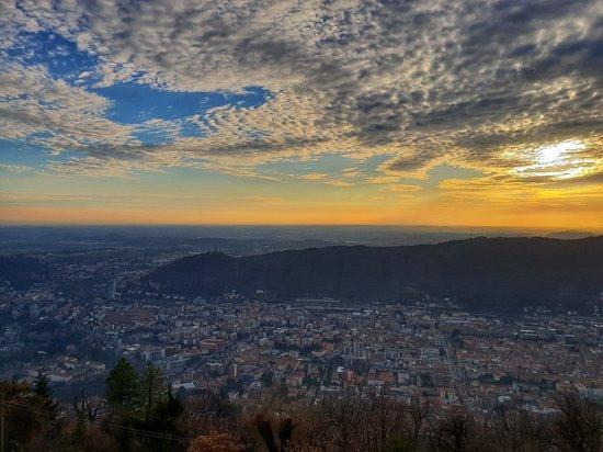 Tips: se andate a Como fate un salto a Brunate... tramonti da favola e vista di Como dall'alto