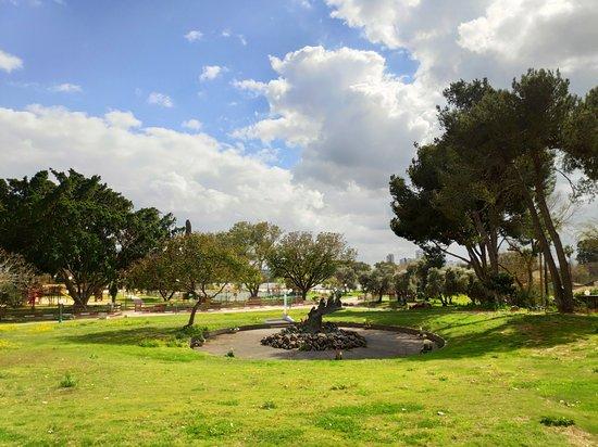 אזור המרכז, ישראל: אזור האנדרטה לשואה בקיבוץ סרני