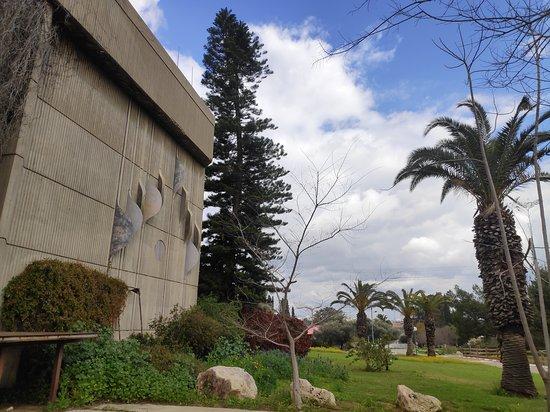 אזור המרכז, ישראל: חזית חדר האוכל המשותף הענק שתכנן האדריכל פרדי כהנא בקיבוץ נצר סרני