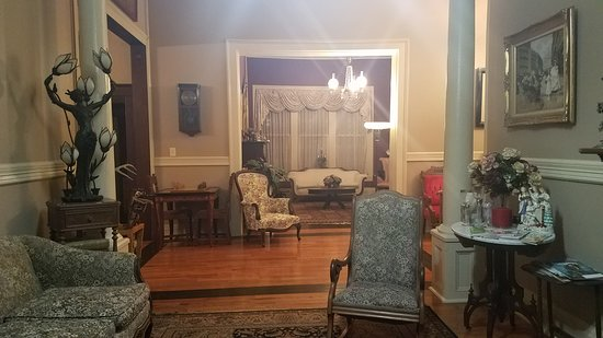 The Jewell of Vienna B&B: Lobby and one of the several common areas