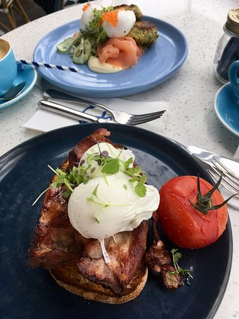 Balmoral, Australia: Breakfast eggs and bacon, and smoked salmon with fritters.