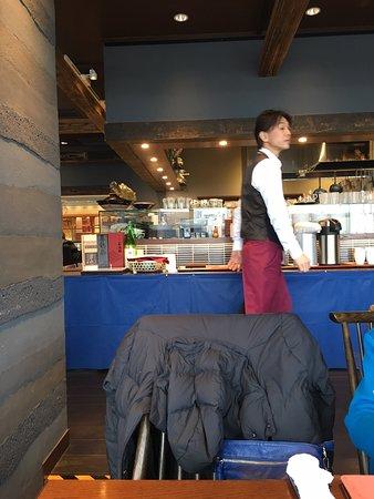 ひろびろした店内、アナゴ鍋、日本酒です